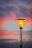 Lámpara de calle en la puesta del sol imagenes de archivo