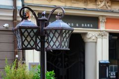 Lámpara de calle metálica en el vintage, estilo del vintage, paisaje urbano Equipo de iluminación urbano fotografía de archivo libre de regalías