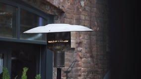 lámpara de calle metálica Moderno-formada con el primer que oscila de la llama del gas en a almacen de metraje de vídeo