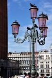 Lámpara de calle pintoresca con las palomas cerca del palacio del ` s del dux en la plaza San Marco Fotos de archivo libres de regalías