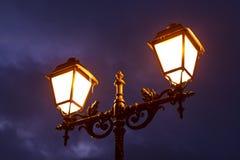 Lámpara de calle que brilla en la noche Imagen de archivo