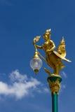 Lámpara de calle tailandesa del estilo contra el cielo azul Imagenes de archivo