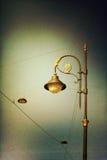 Lámpara de calle vieja en fondo del cielo fotografía de archivo