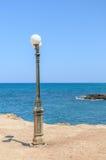Lámpara de calle vieja en la playa en la isla de Creta Fotos de archivo