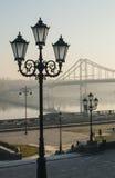 Lámpara de calle y puente peatonal Fotos de archivo libres de regalías