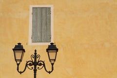 Lámpara de calle y una pared anaranjada Imagen de archivo libre de regalías