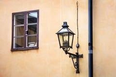 Lámpara de calle y una ventana fotografía de archivo libre de regalías