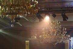 Lámpara de Chrystal, techo con el fondo de la iluminación del par con c foto de archivo libre de regalías