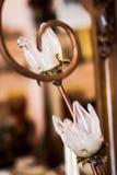 Lámpara de cristal que lleva a cabo los anillos de bodas Fotos de archivo libres de regalías