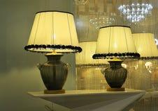Lámpara de escritorio de lujo en la ventana de la tienda de la iluminación, iluminación del arte, luz del arte, lámpara del arte, Imagen de archivo