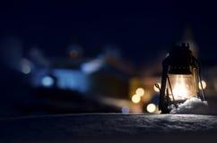 Lámpara de gas vieja en la nieve Imágenes de archivo libres de regalías