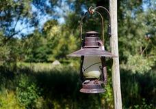 Lámpara de keroseno del vintage que cuelga al aire libre Imagenes de archivo