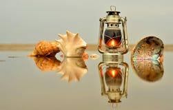 Lámpara de keroseno en el mar fotos de archivo libres de regalías