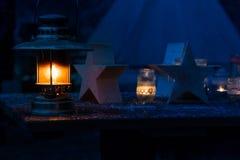 Lámpara de keroseno en la noche escarchada en la tabla imagen de archivo libre de regalías