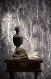 Lámpara de keroseno vieja y libro abierto Imágenes de archivo libres de regalías
