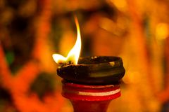 Lámpara de la arcilla del Lit encima de un diwali de la India del durgapuja del ídolo del soporte o de la adoración de la arcilla Imágenes de archivo libres de regalías