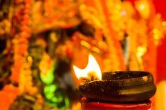 Lámpara de la arcilla del Lit encima de un diwali de la India del durgapuja del ídolo del soporte o de la adoración de la arcilla Foto de archivo libre de regalías