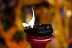 Lámpara de la arcilla del Lit encima de un diwali de la India del durgapuja del ídolo del soporte o de la adoración de la arcilla Fotos de archivo libres de regalías