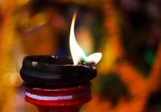Lámpara de la arcilla del Lit encima de un diwali de la India del durgapuja del ídolo del soporte o de la adoración de la arcilla Fotografía de archivo libre de regalías