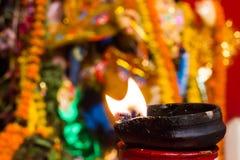 Lámpara de la arcilla del Lit encima de un diwali de la India del durgapuja del ídolo del soporte o de la adoración de la arcilla Foto de archivo