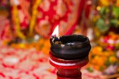 Lámpara de la arcilla del Lit encima de un diwali de la India del durgapuja del ídolo del soporte o de la adoración de la arcilla Fotografía de archivo