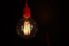 Lámpara de la bombilla en la oscuridad Imagenes de archivo