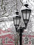 Lámpara de la ciudad al abrigo de la nieve, invierno frío Foto de archivo