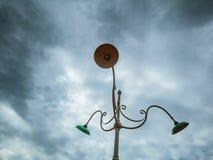 Lámpara de la ciudad con el cielo rainny en la ciudad fotografía de archivo