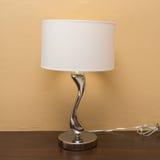 Lámpara de la electricidad en la tabla de madera Fotografía de archivo libre de regalías