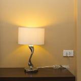 Lámpara de la electricidad en la tabla de madera Imágenes de archivo libres de regalías