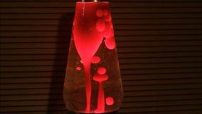 Lámpara de la lava Gotas rojas en la oscuridad almacen de video