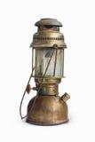 Lámpara de la linterna del aceite del keroseno del vintage en fondo del aislante Imagenes de archivo