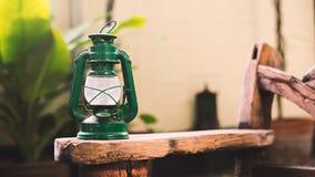 Lámpara de la linterna del vintage en al aire libre de madera Imagen de archivo