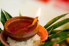 Lámpara de la loza de barro en ritual hindú Imagen de archivo