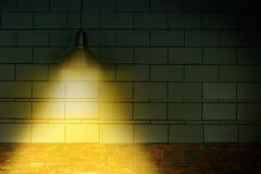 Lámpara de la luz de techo en la pared oscura Imagen de archivo libre de regalías