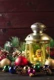 Lámpara de la Navidad en la tabla de madera imagen de archivo