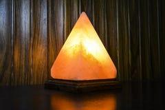 Lámpara de la sal de la pirámide   Sal Himalayan foto de archivo libre de regalías