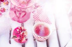 Lámpara de la vela del vintage con el corazón, taza caliente de té en la nieve Fotos de archivo libres de regalías