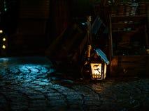 Lámpara de la vela de la Navidad con un adorno del muñeco de nieve fotografía de archivo libre de regalías