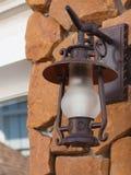 lámpara de la Viejo-moda en la pared de piedra de la arena Imagen de archivo libre de regalías