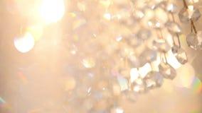 Lámpara de lujo cristalina de la moda con la reflexión brillante, fondo defocused metrajes