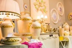 Lámpara de lujo de la tabla, colores amarillos imágenes de archivo libres de regalías
