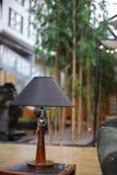 Lámpara de madera moderna con la cubierta negra fotos de archivo