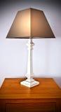 Lámpara de mesa de madera blanca Imagenes de archivo