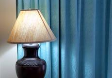 Lámpara de mesa en dormitorio foto de archivo libre de regalías