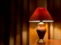 Lámpara de mesa vieja de la moda en la tabla Foto de archivo