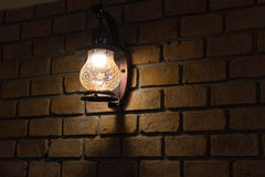 Lámpara de pared del vintage en la pared de ladrillo Fotografía de archivo