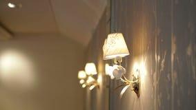 Lámpara de pared hermosa en hotel almacen de video
