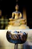 Lámpara de petróleo con la luz en el templo de Buda Foto de archivo