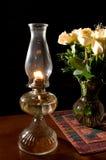 Lámpara de petróleo, con las rosas Fotos de archivo libres de regalías